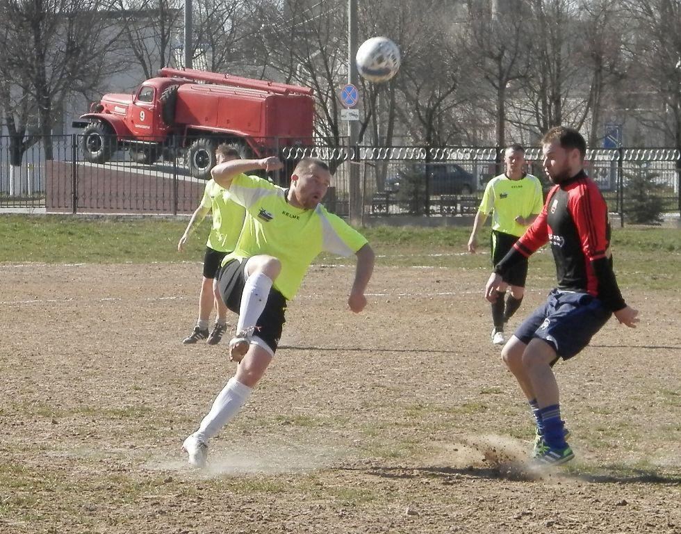 Александр Климович (слева) перекидывает мяч. фото Сергея ЖИВУЛЫ