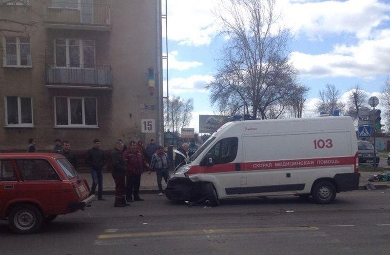 В Барановичах машина скорой помощи столкнулась с легковушкой. Фото: Виталий КУЗНЕЦОВ