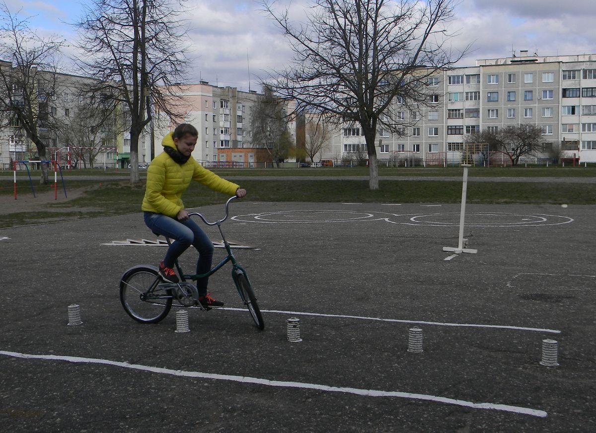 Состязание велосипедистов в фигурном вождении. Фото: Наталья СЕМЕНОВИЧ