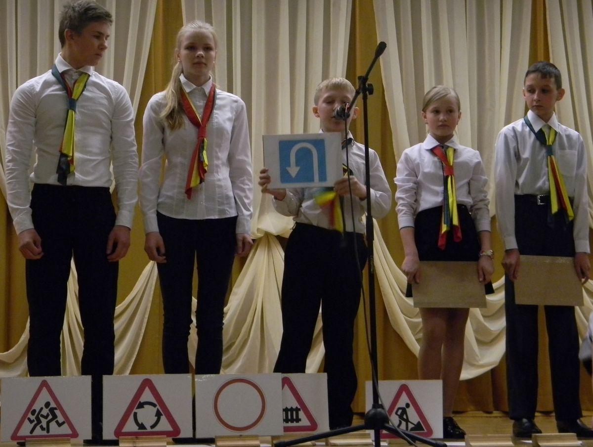 Выступление агитбригады школы № 20. Фото: Наталья СЕМЕНОВИЧ