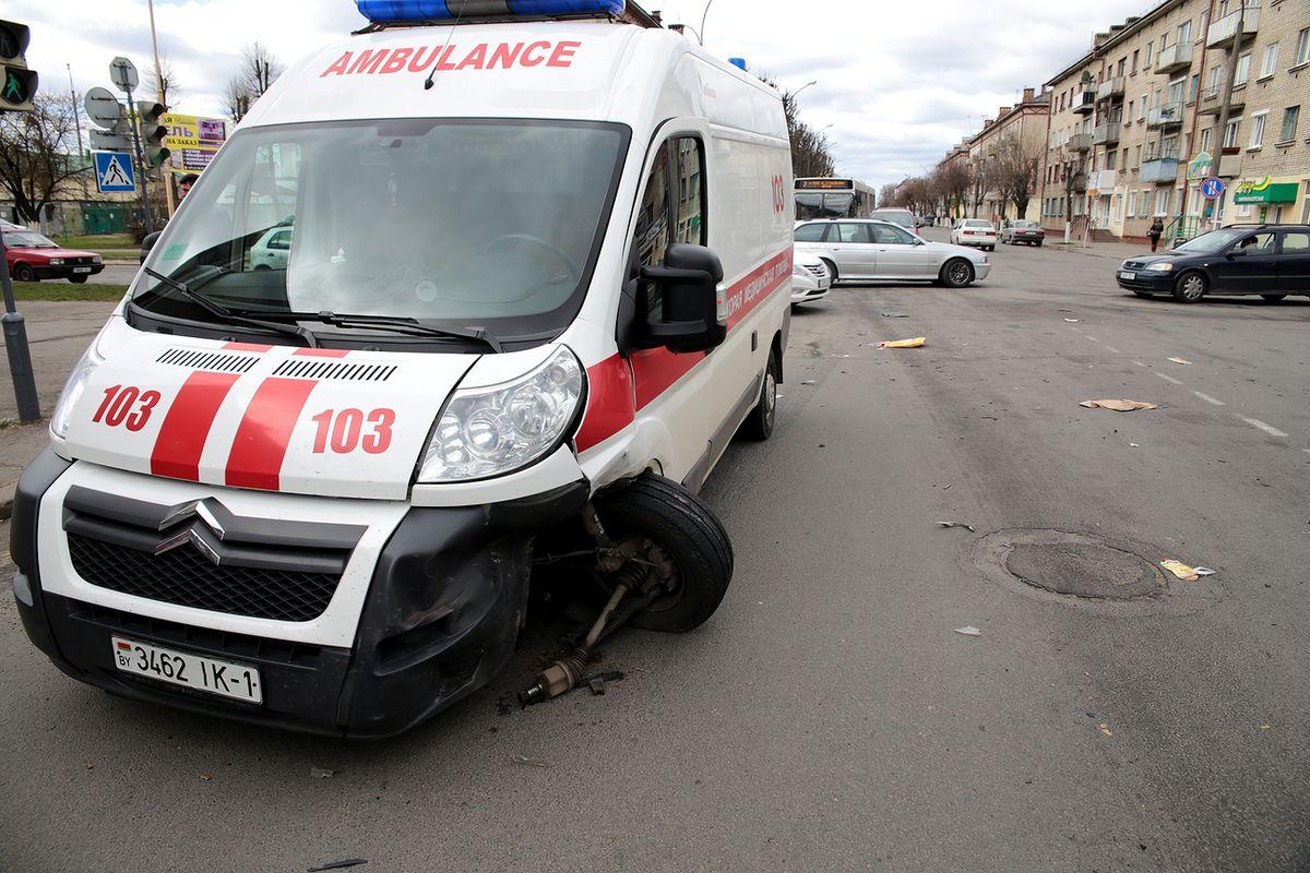 В Барановичах машина скорой помощи столкнулась с легковушкой. Фото: Дмитрий МАКАРЕВИЧ