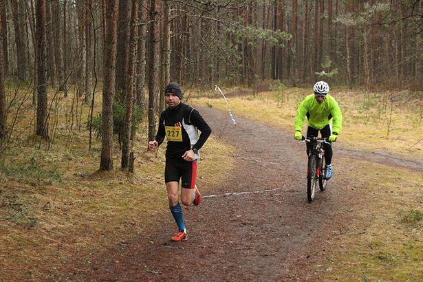 Алексея Чемоданова на дистанции сопровождал велосипедист.