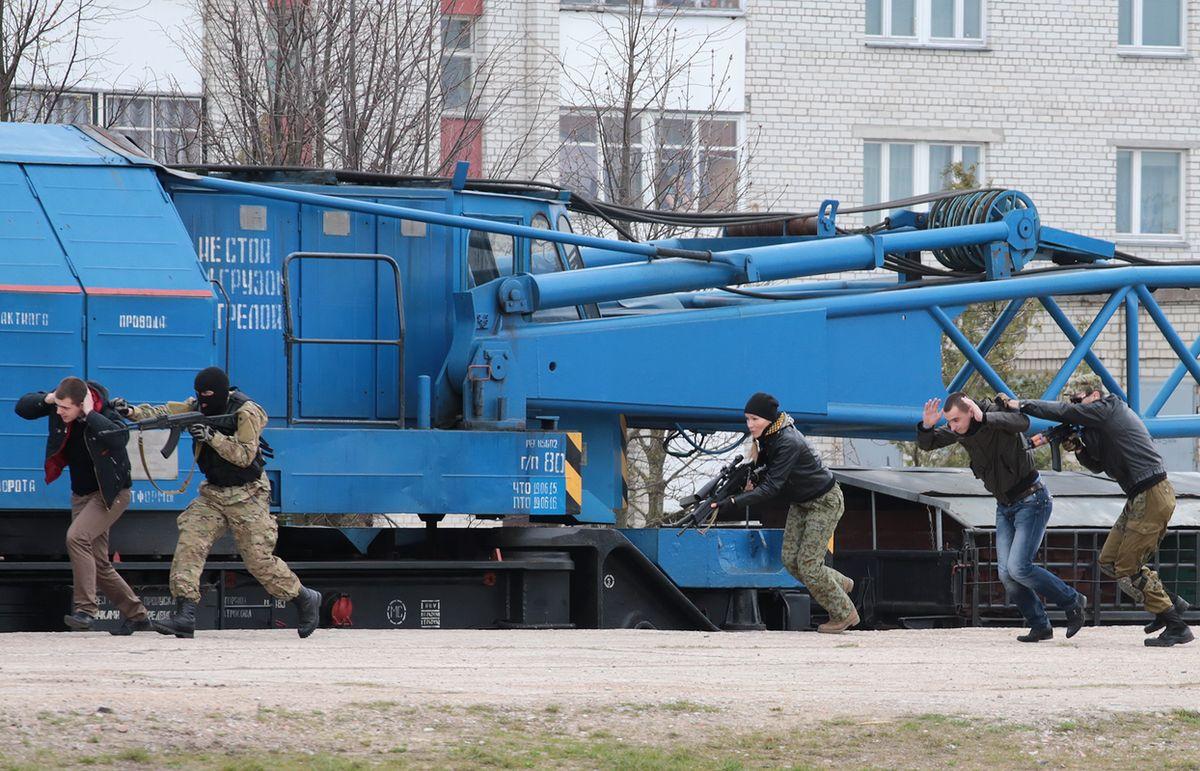 «Террористы» захватили локомотивную группу. Фото: Дмитрий МАКАРЕВИЧ