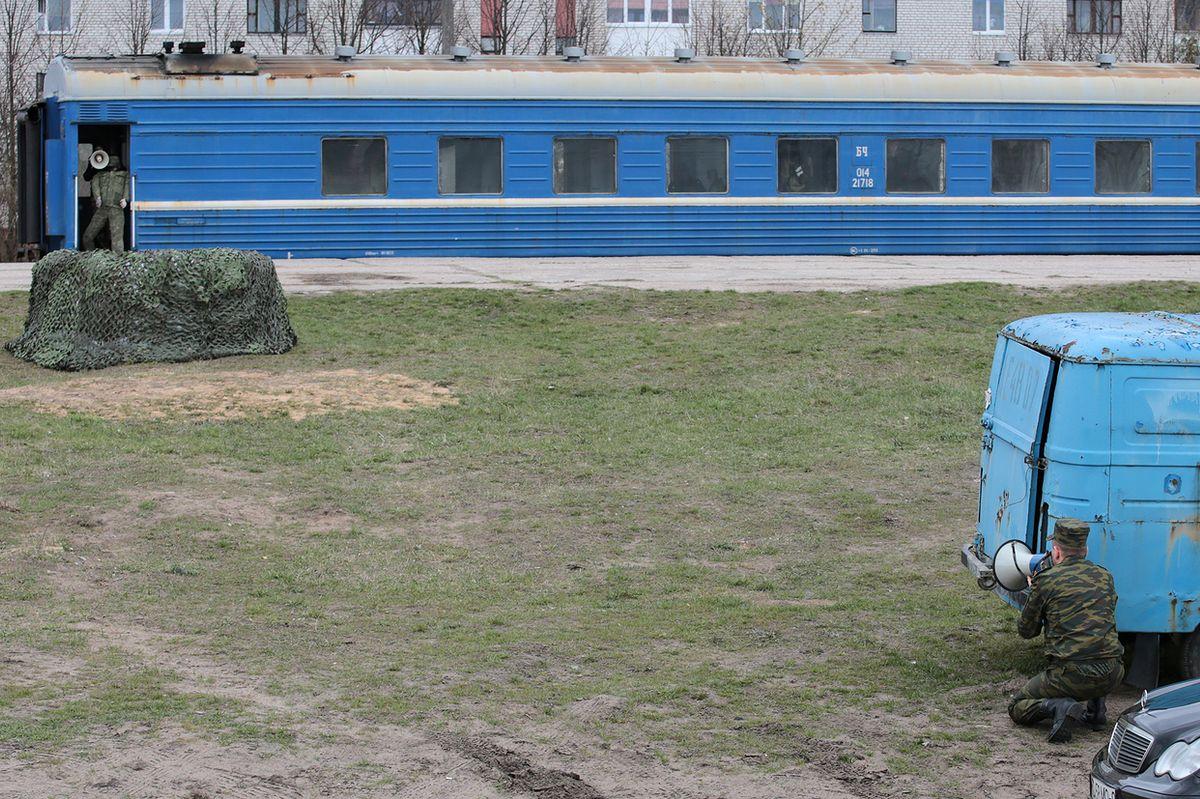 Главарь террористической группировки выдвигает свои требования. Фото: Дмитрий МАКАРЕВИЧ