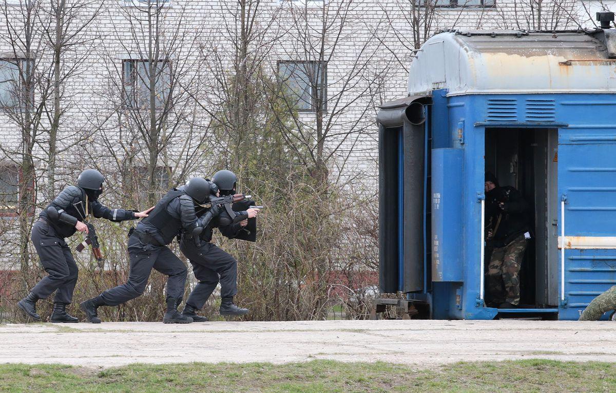 «Террористы» были захвачены в ходе штурма. Фото: Дмитрий МАКАРЕВИЧ