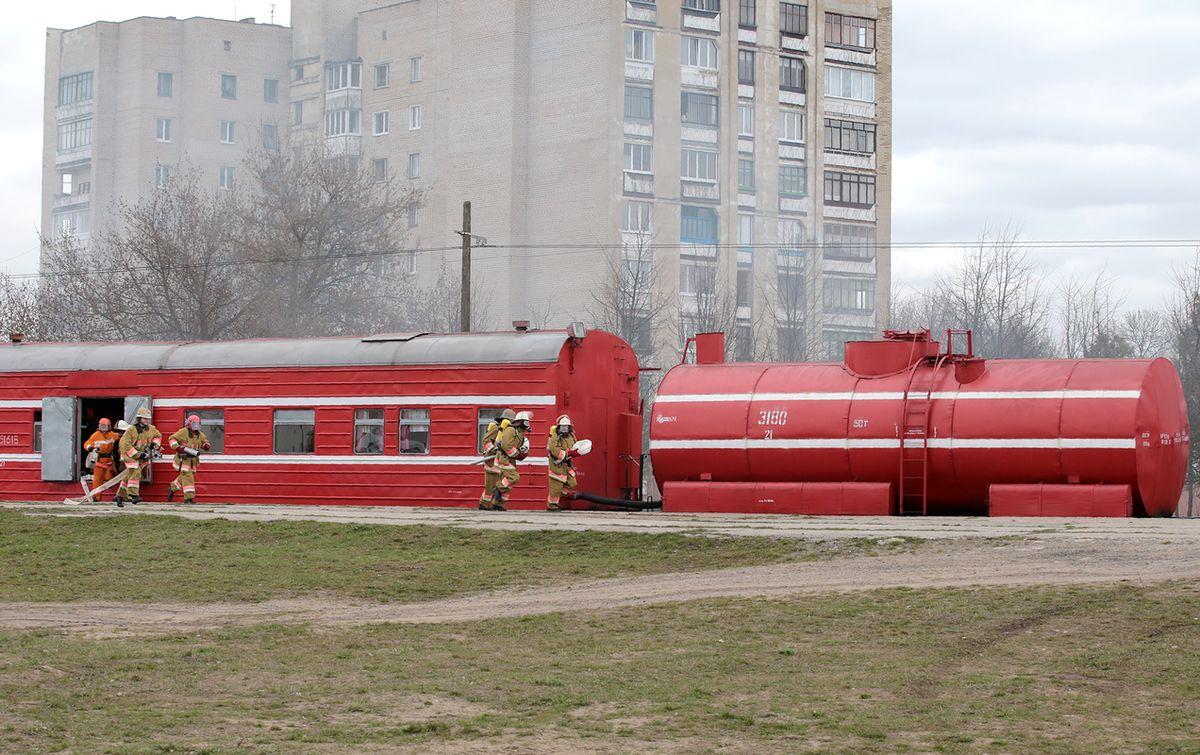 На тушение пожара выехал аварийно-спасательный поезд Барановичского отделения Белорусской железной дороги.  Фото: Дмитрий МАКАРЕВИЧ