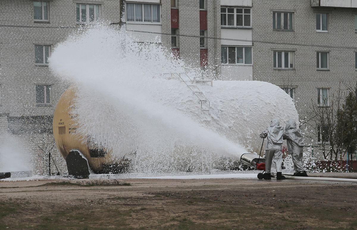 Пожарные тушат цистерну с топливом. Фото: Дмитрий МАКАРЕВИЧ