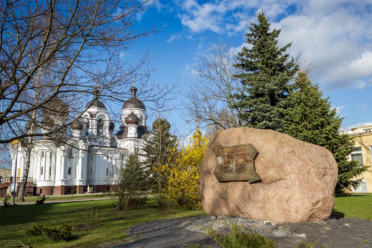 Мемориальная доска на камне на бульваре Хейнола. Фото: Юрий ПИВОВАРЧИК