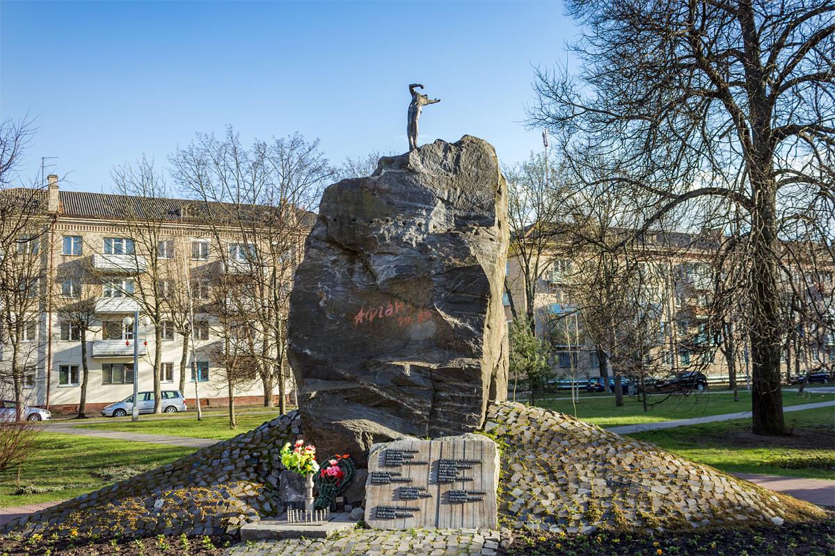 Пожалуй, самый известный камень нашего города – памятник воинам-интернационалистам. Фото: Юрий ПИВОВАРЧИК