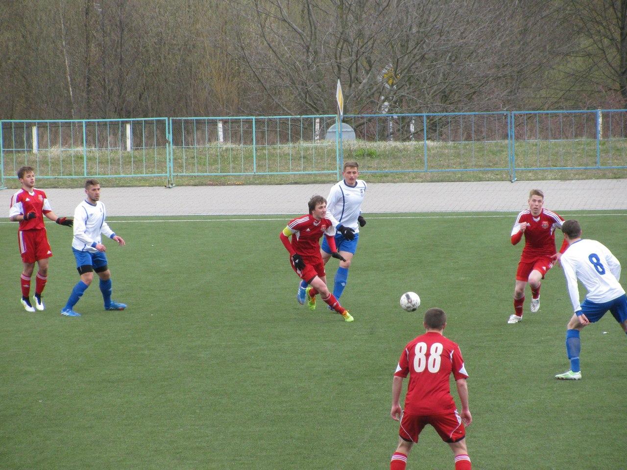 В центре поля Александр Мять (с капитанской повязкой) и Дмитрий Федорцов спешат к мячу. Фото: Дмитрий КУЗНЕЦОВ