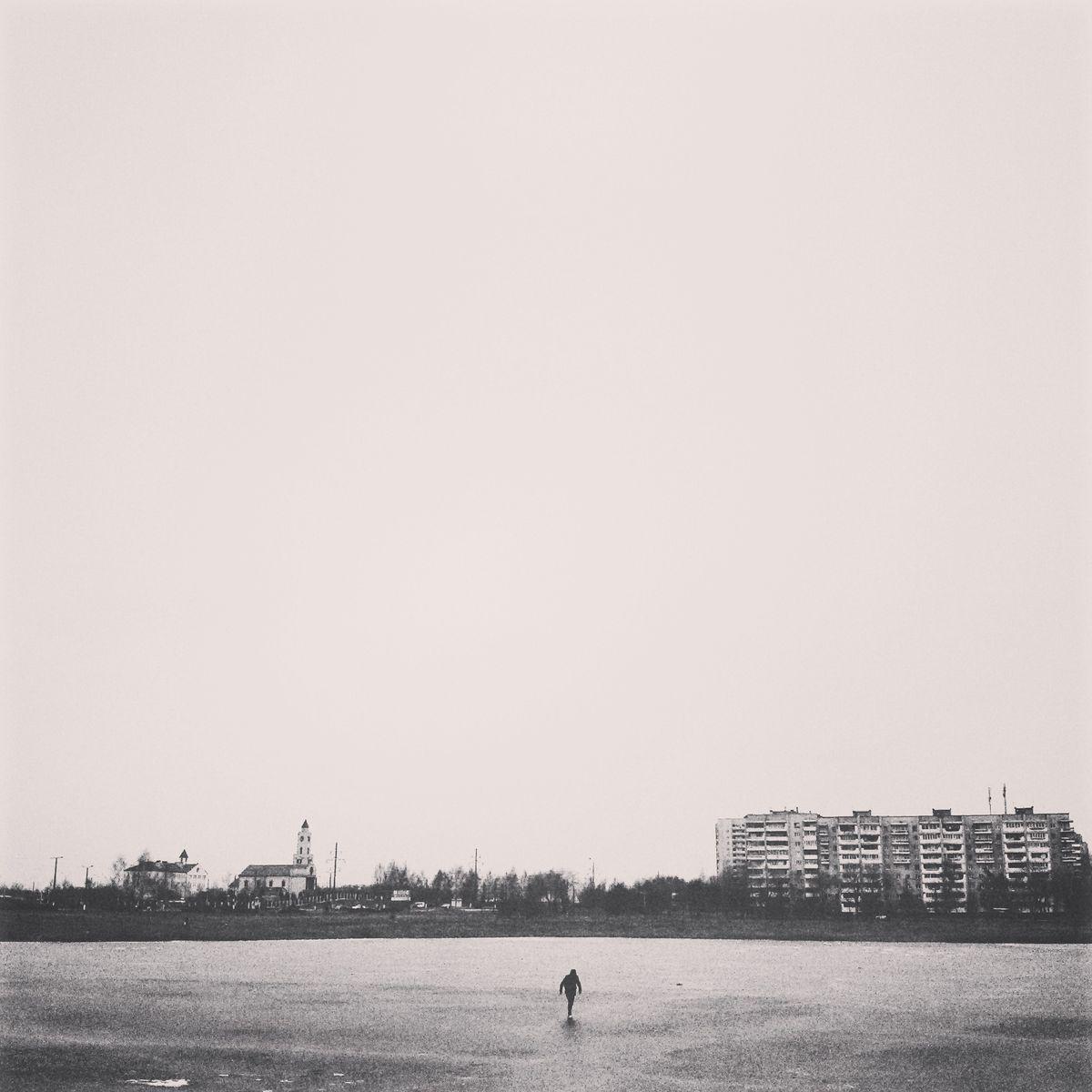 Силуэт человека, переходящего Светиловское озеро по льду. Фото: архив Валентина ДУДУКА