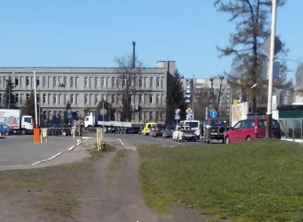 Транспорт в очереди. Поворот налево на ул. Фроленкова. Фото: Татьяна НЕКРАШЕВИЧ
