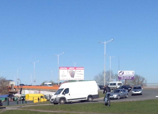 Транспорт стоит. Съезд с моста направо. Фото: Татьяна НЕКРАШЕВИЧ