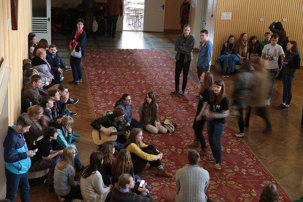 Участники фестиваля Параллельные миры поют все вместе