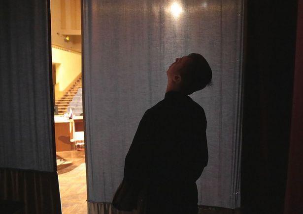 Актер театра Ирбис из Коломны за несколько секунд до выхода на сцену