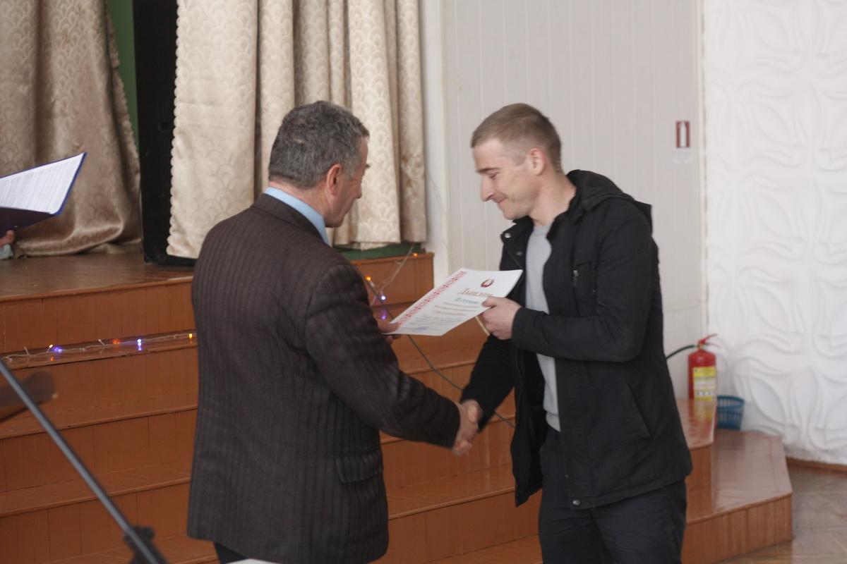 Вручение диплома мастеру Вадиму Капузе  из Барановичского лицея строителей