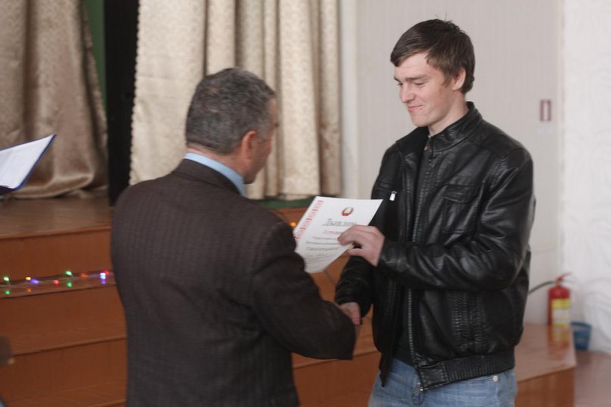 Максиму Дубине вручают диплом первой степени