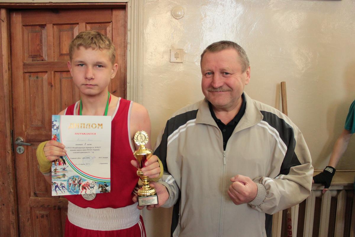 Роман Высоцкий – победитель среди школьников (56 кг) с тренером. Фото: Юрий ПИВОВАРЧИК