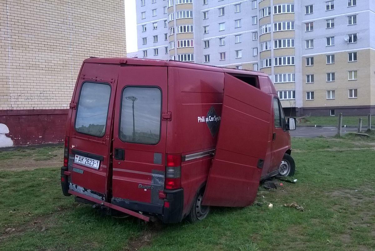 Брошенный микроавтобус около дома №82А на ул. 50 лет БССР