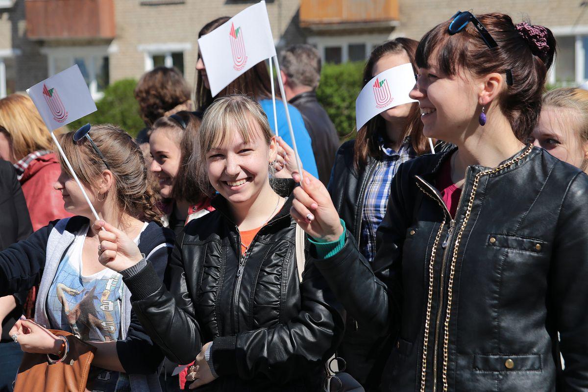 Учащиеся Барановичского технологического колледжа на открытии кафе