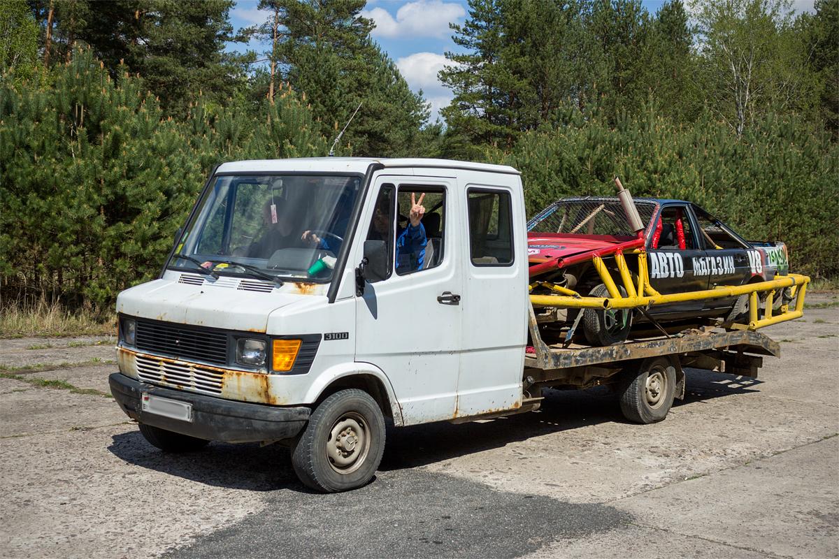 Автомобили участников автобоев прибывали как на эвакуаторах ...
