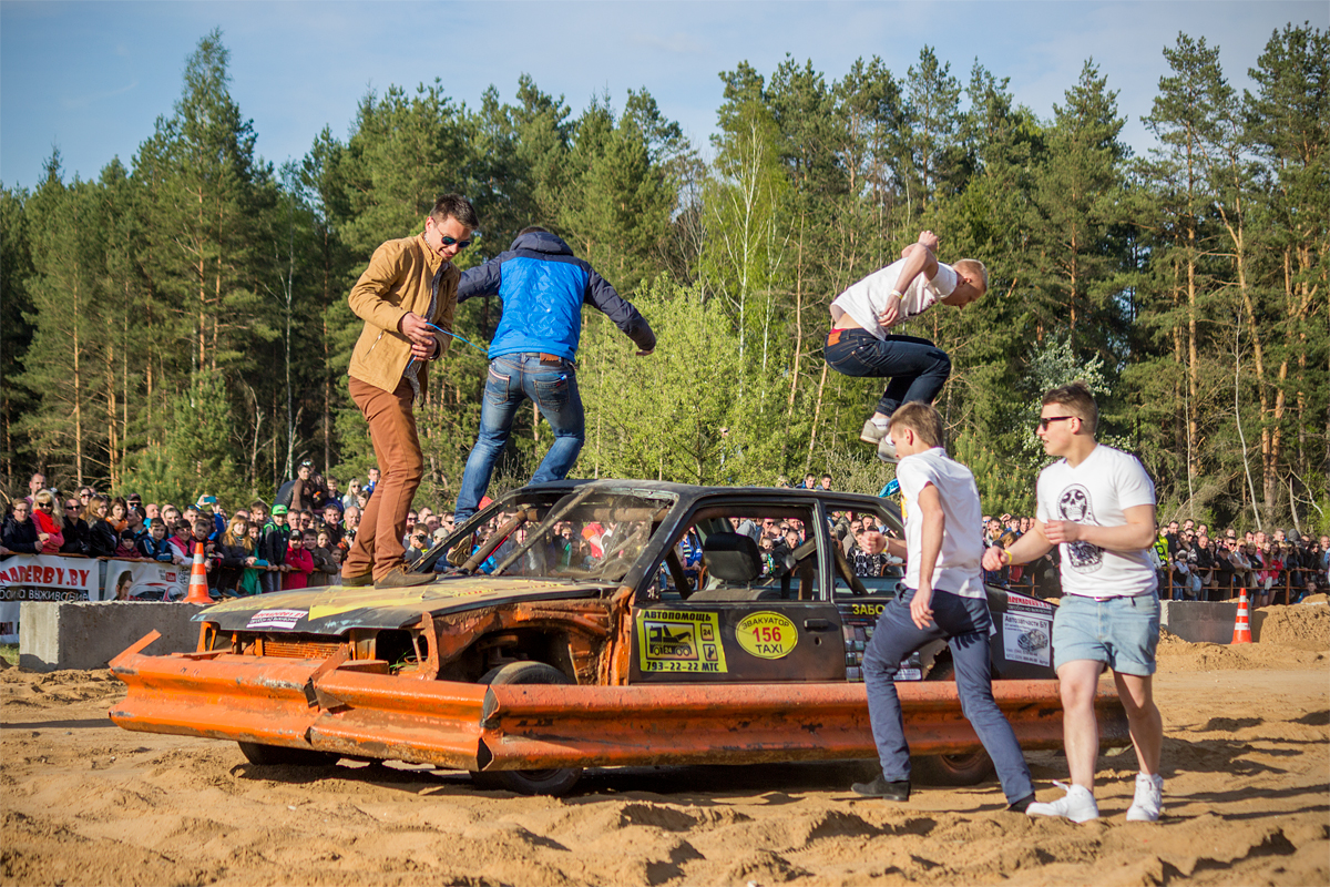 Зрителям предоставили возможность нанести максимальные повреждения автомобилю за отведенное время