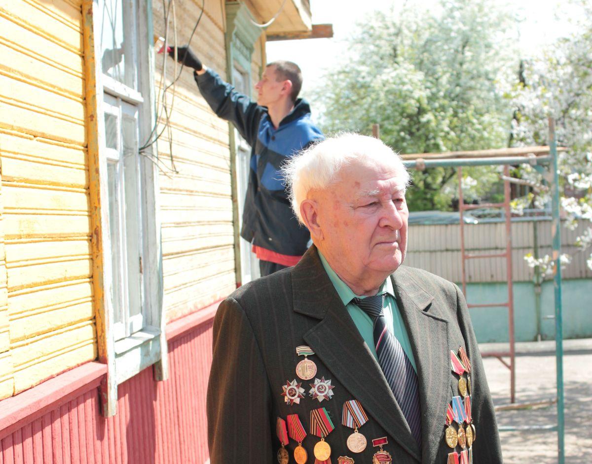 Фронтовик Иван Борисович Савицкий возле своего дома