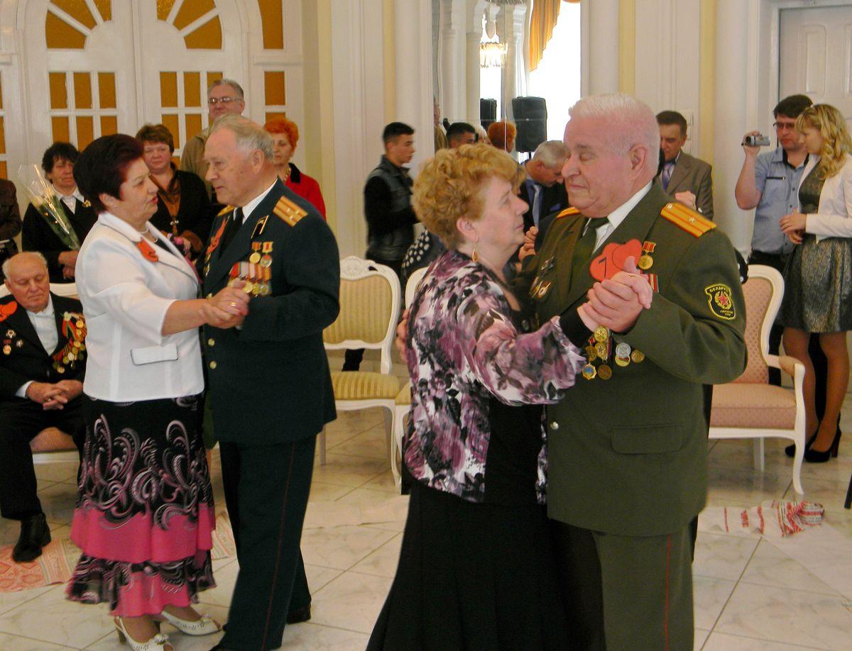 Для семей-юбиляров прозвучал свадебный вальс. фото: Наталья СЕМЕНОВИЧ