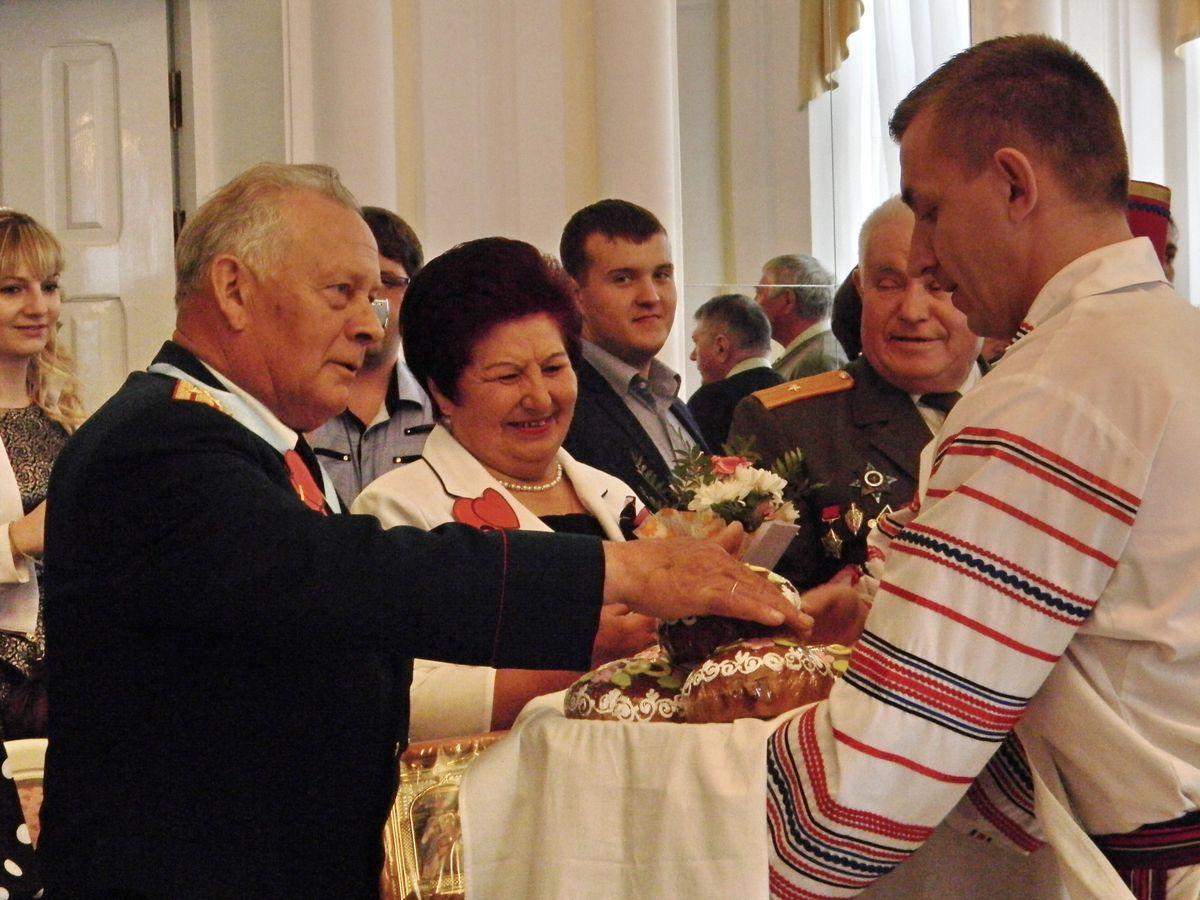 Семейным парам подарили свадебные караваи. фото: Наталья СЕМЕНОВИЧ