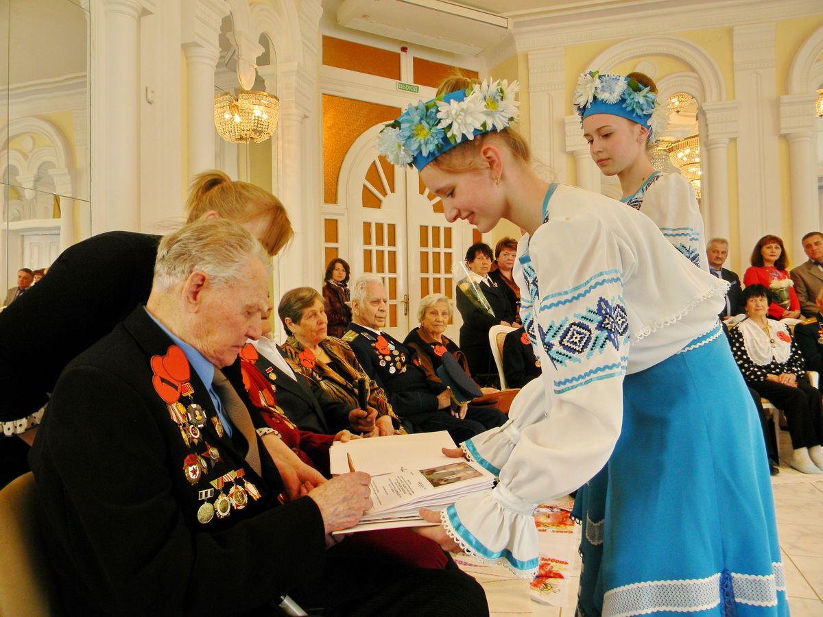 Семейные пары расписались в специальной книге регистрации. фото: Наталья СЕМЕНОВИЧ