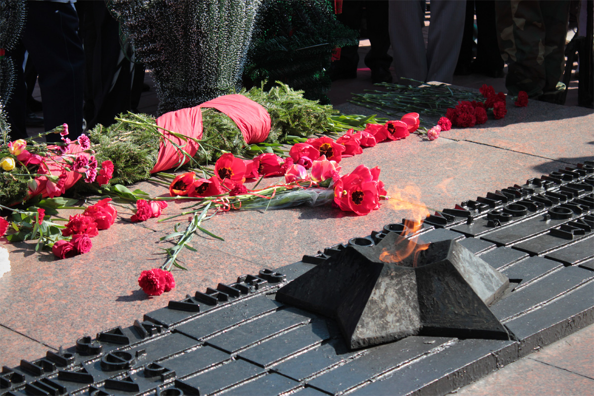 Цветы у Вечного огня