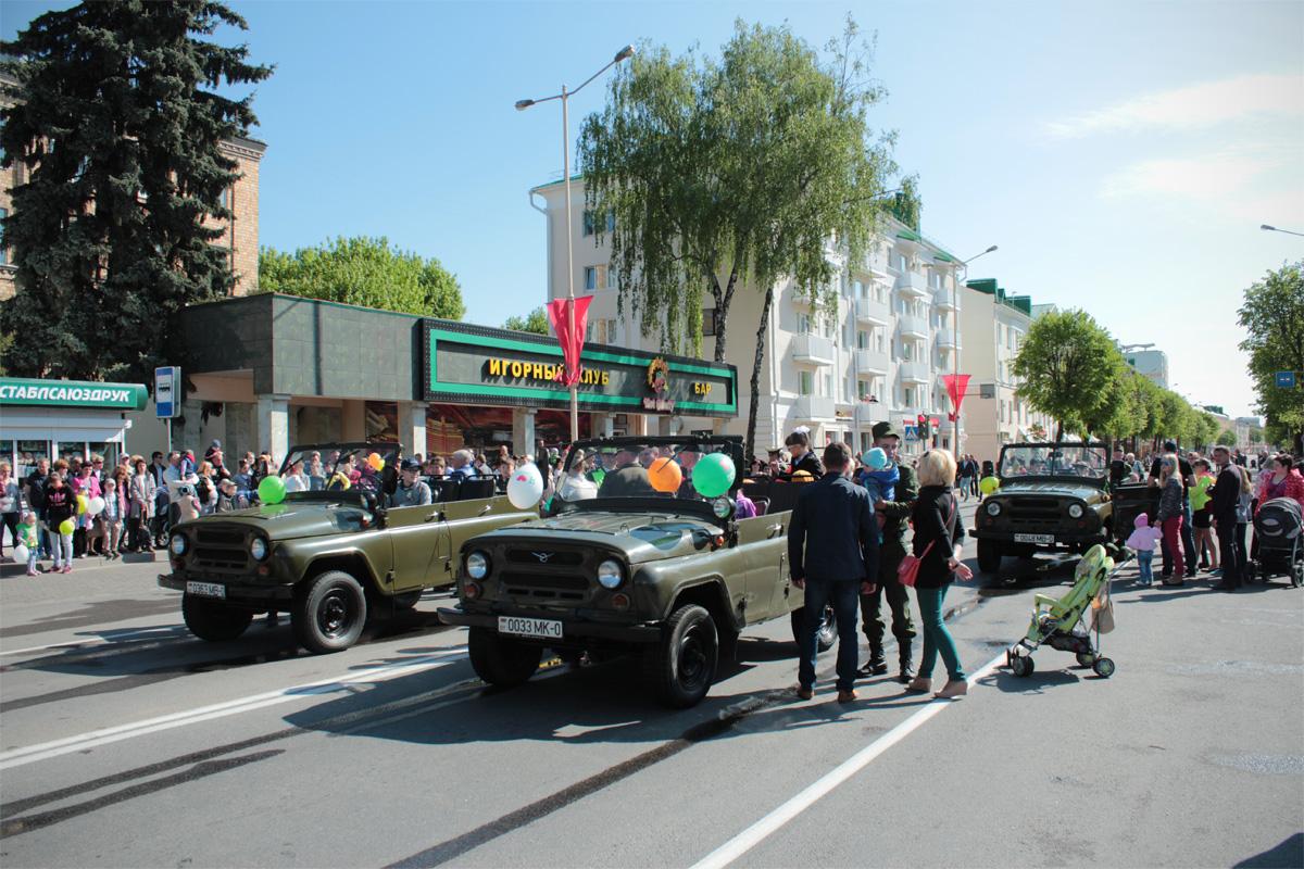 Прохожие фотографировались возле военной техники