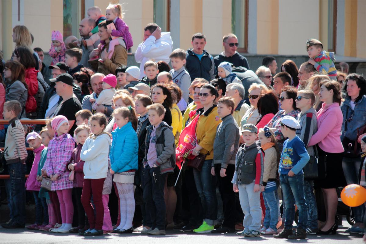 Жители города в ожидании парада