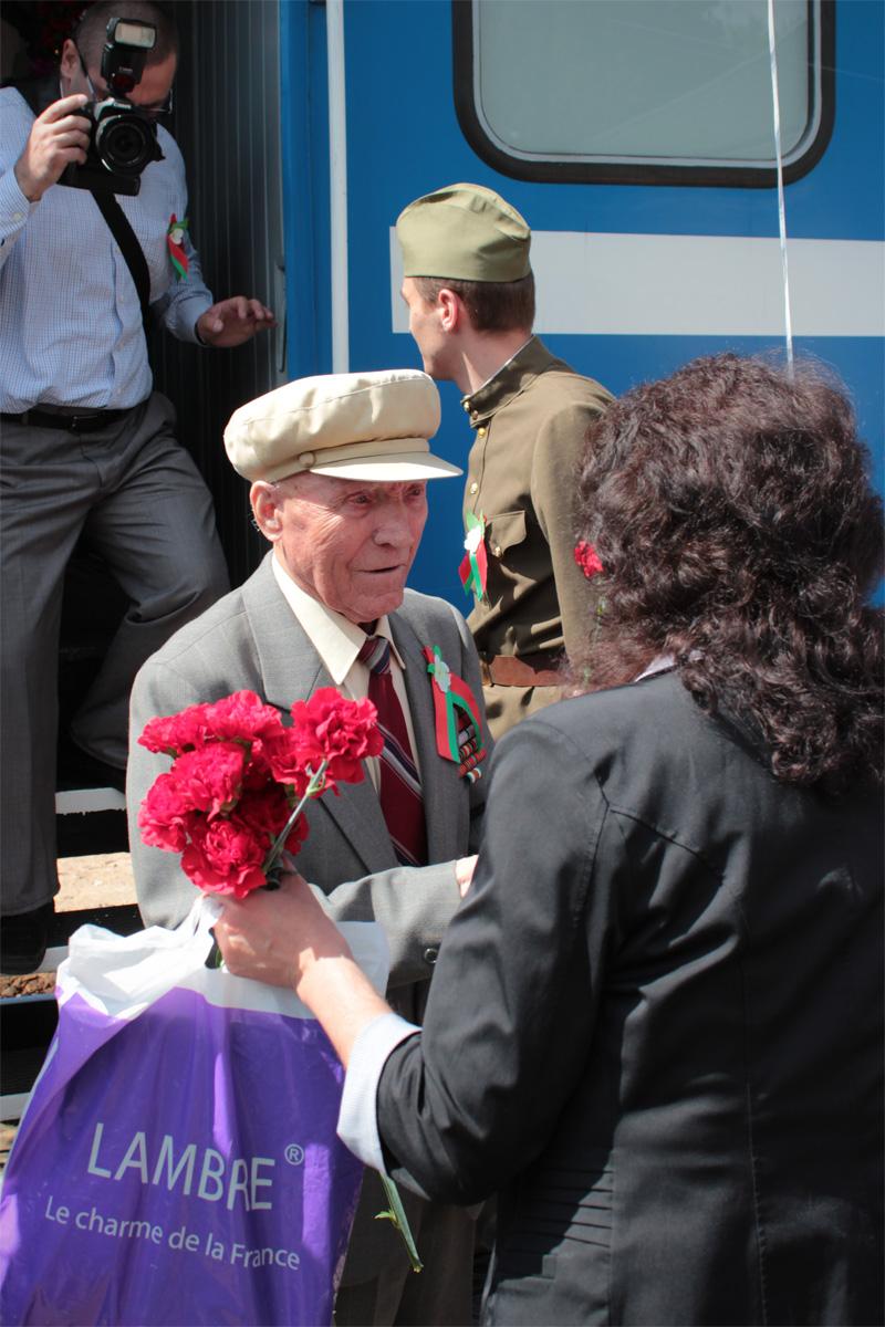 Ветеранов из «Поезда Победы» встречали с цветами