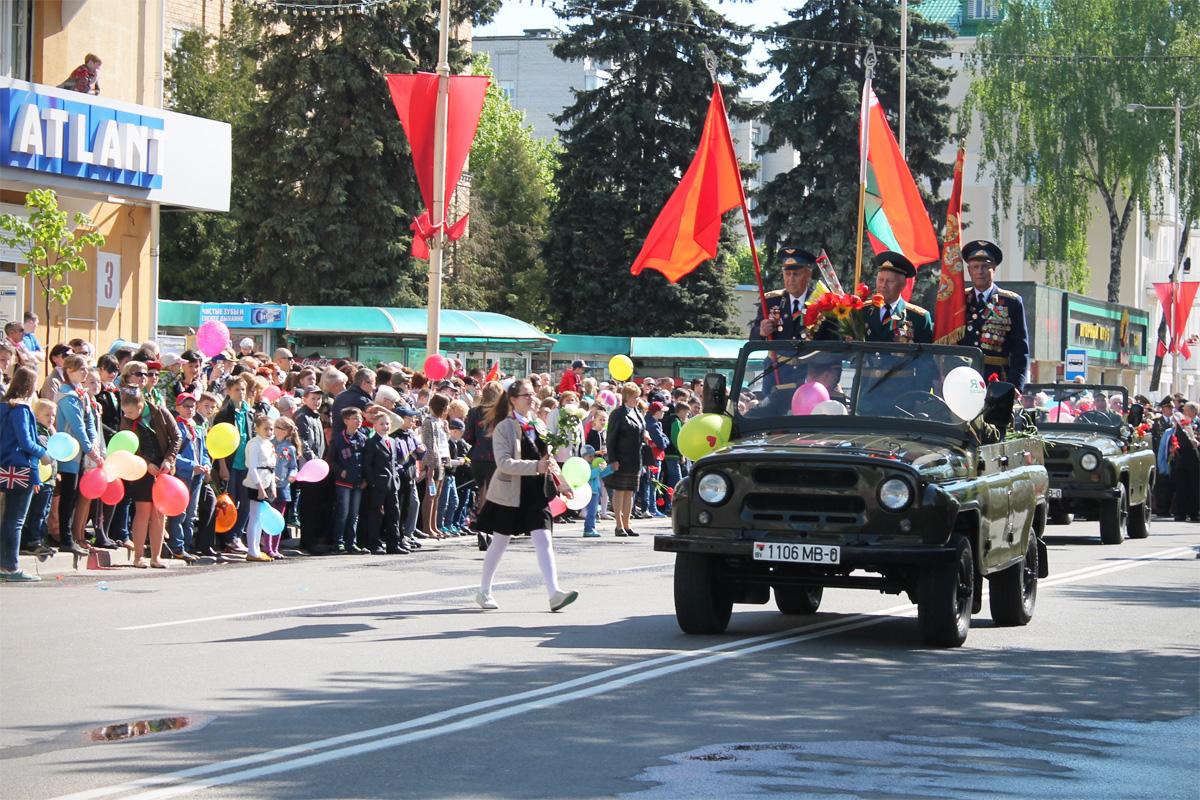 Ветераны ехали к площади Ленина в авангарде колонны