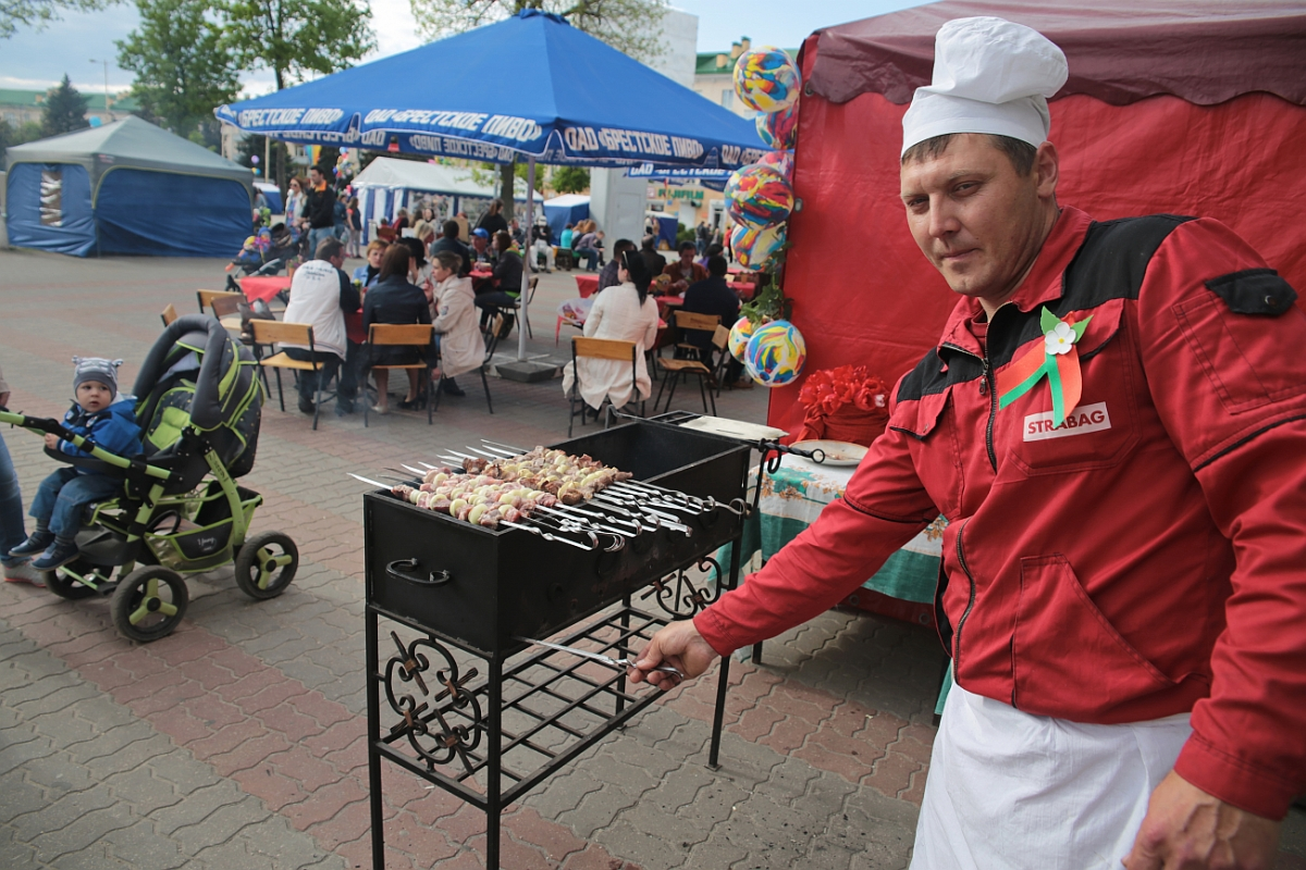 Праздничная торговля на площади им.Ленина. фото: Дмитрий МАКАРЕВИЧ