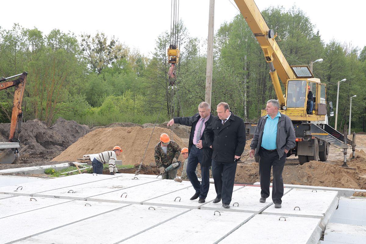 С ходом строительных работ ознакомился председатель Барановичского корисполкома Юрий Громаковский. Фото: Дмитрий МАКАРЕВИЧ.