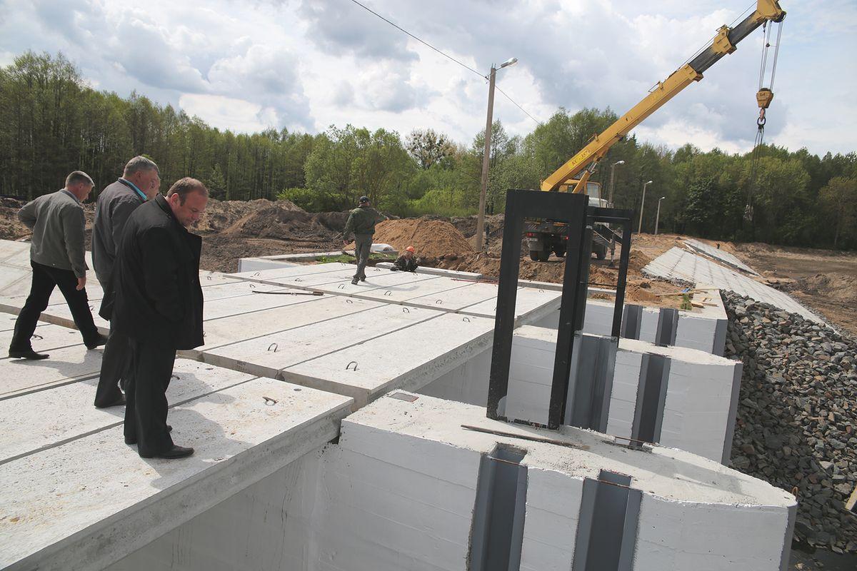 С ходом строительных работ ознакомился председатель Барановичского горисполкома Юрий Громаковский. Фото: Дмитрий МАКАРЕВИЧ.