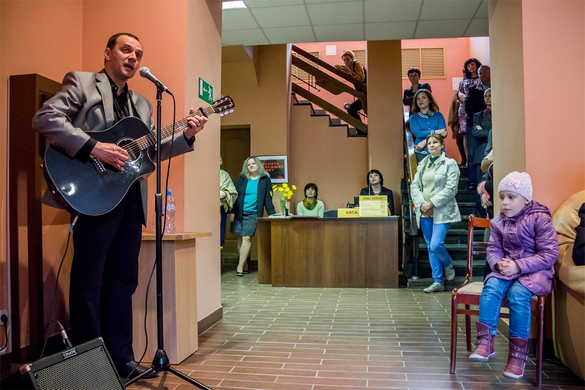 Открытие выставки началось с выступления Андрея Черкасова-Мичуринского, автора и исполнителя бардовской песни