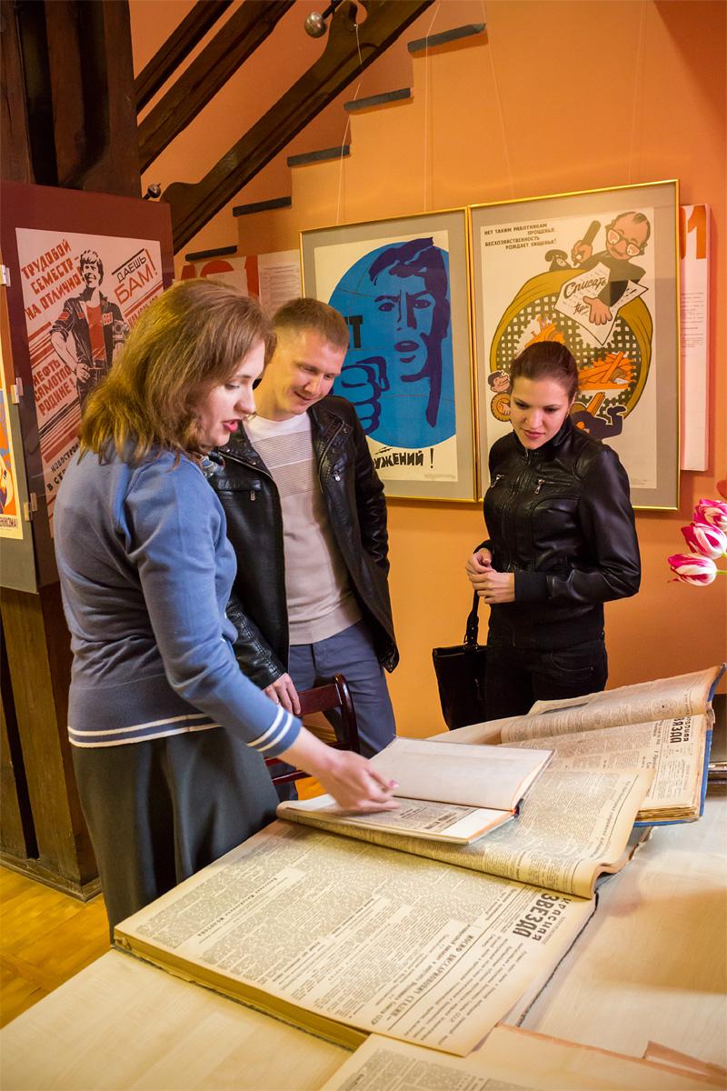 Дмитрий и Марина изучают экспозицию