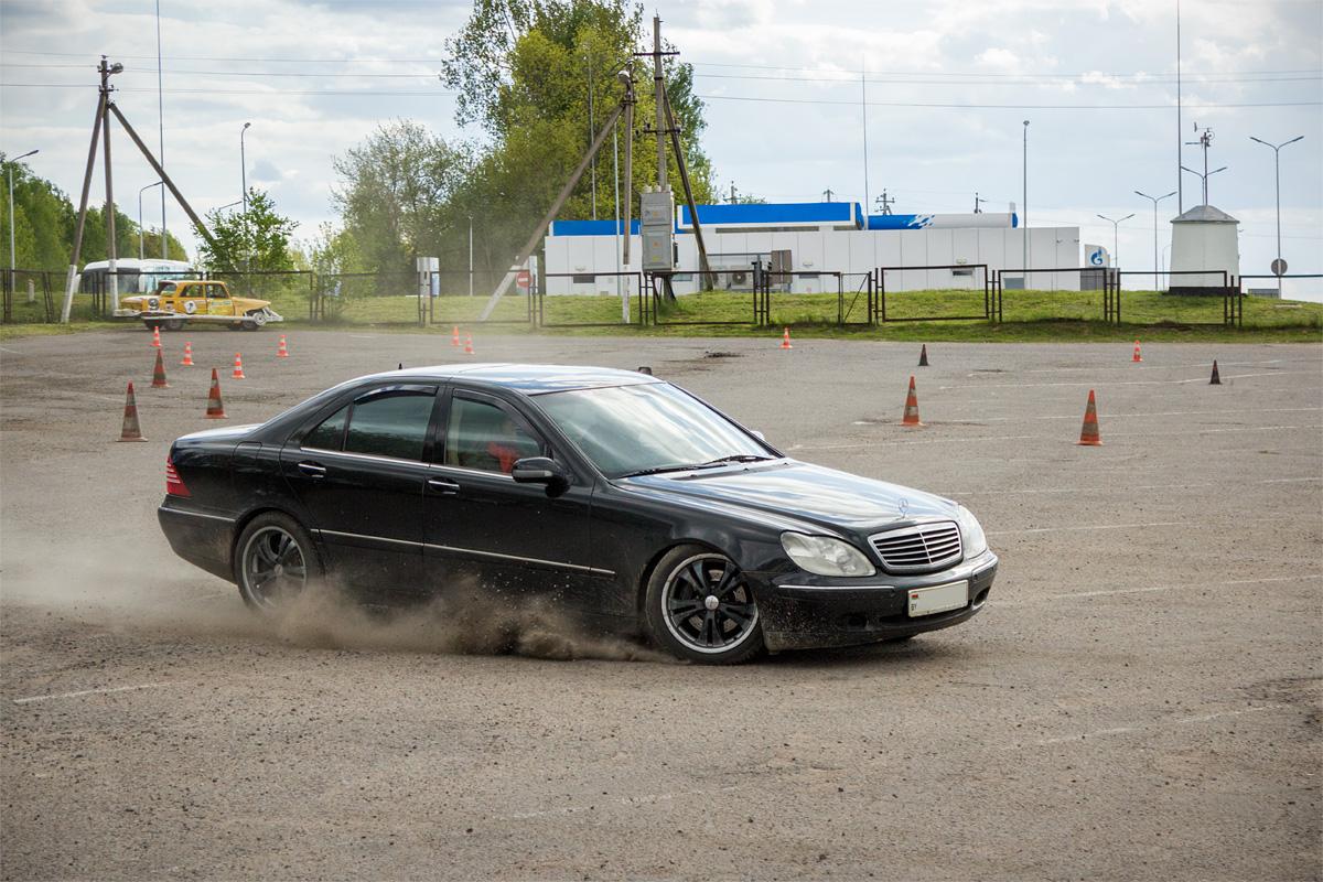 Андрей совершает пробный заезд на Mercedes S-класса