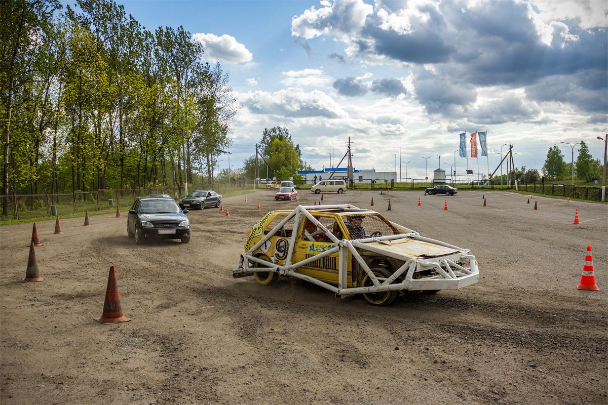 Автомобиль «Главной дороги» показывает участникам маршрут