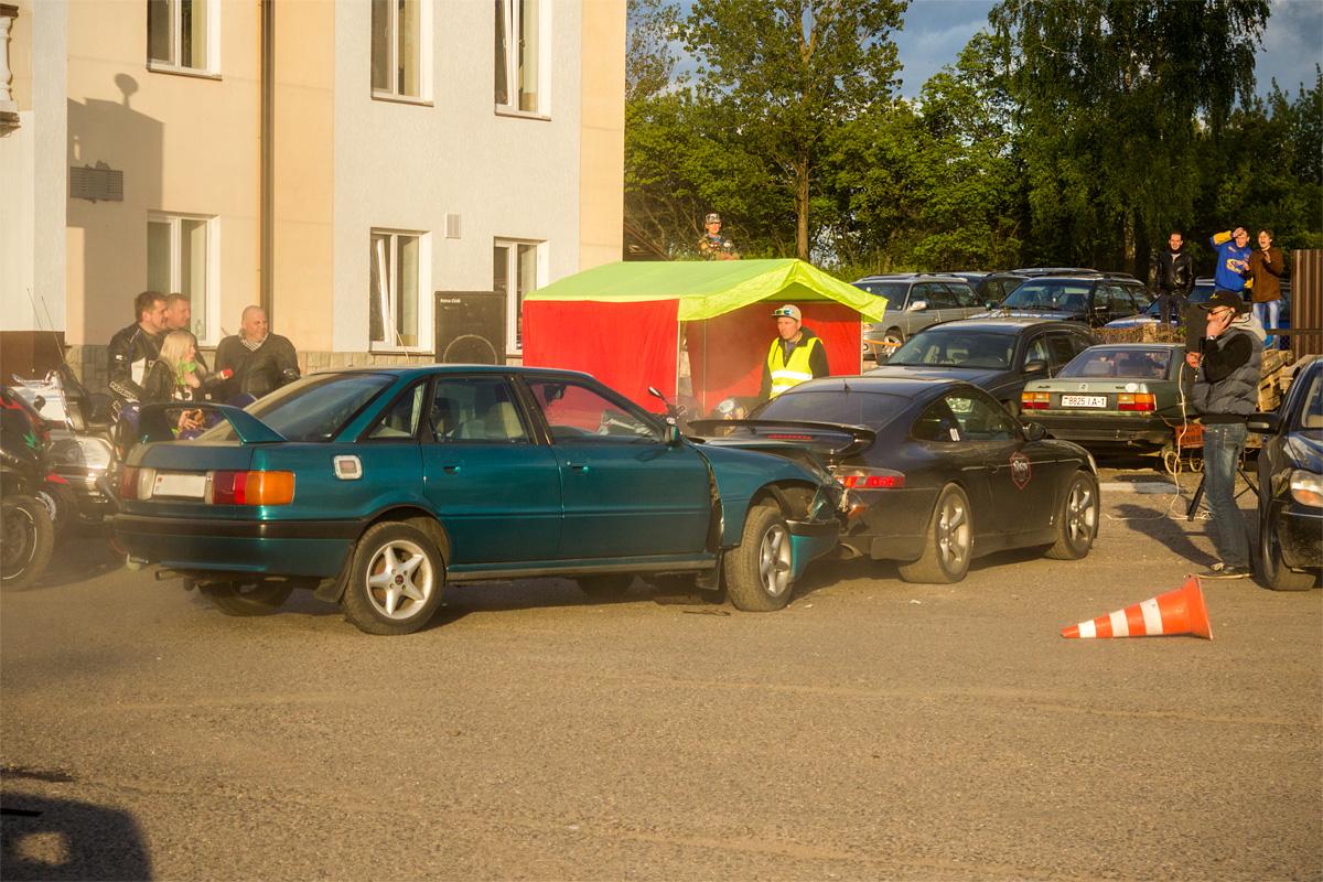 Сергей на Audi 80 не рассчитал тормозной путь и после финиширования совершил ДТП со стоящим в техзоне автомобилем