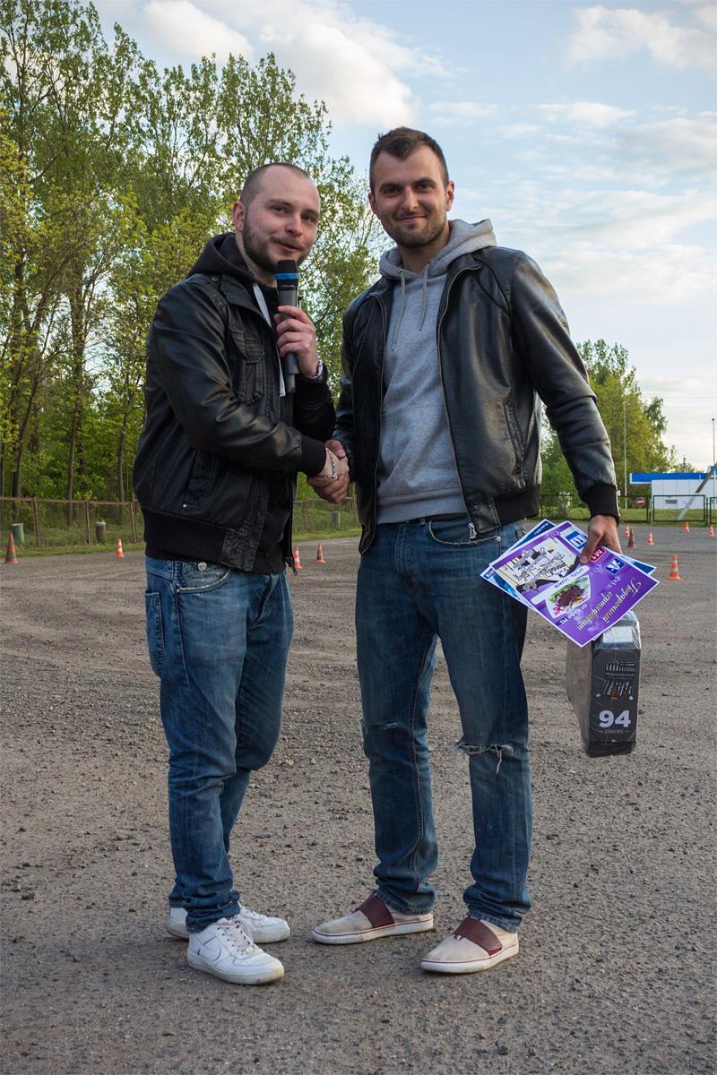 Шоумен Андрей Тяпин поздравляет Игоря Ишкова – победителя соревнований (автомобиль Porsche Carrera)