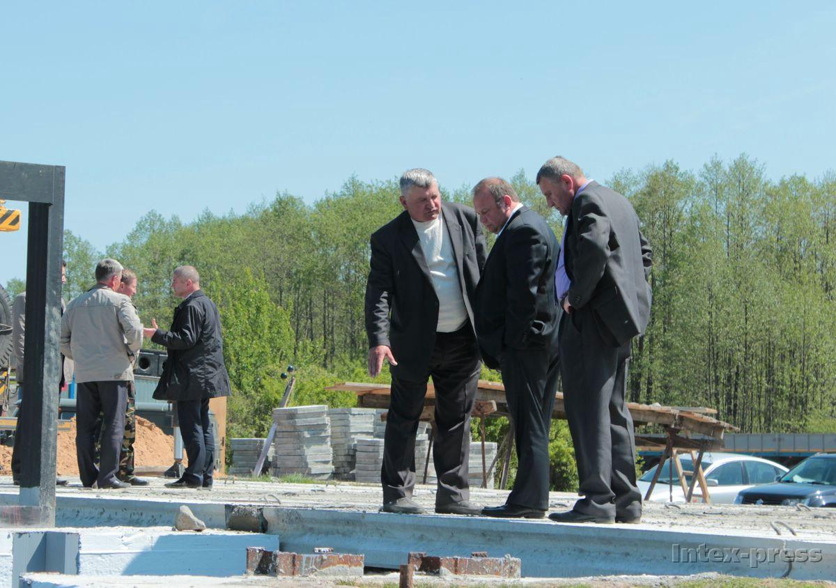 Председатель Барановичского горисполкома Юрий Громаковский осматривает отремонтированную дамбу. Фото: Юрий ПИВОВАРЧИК