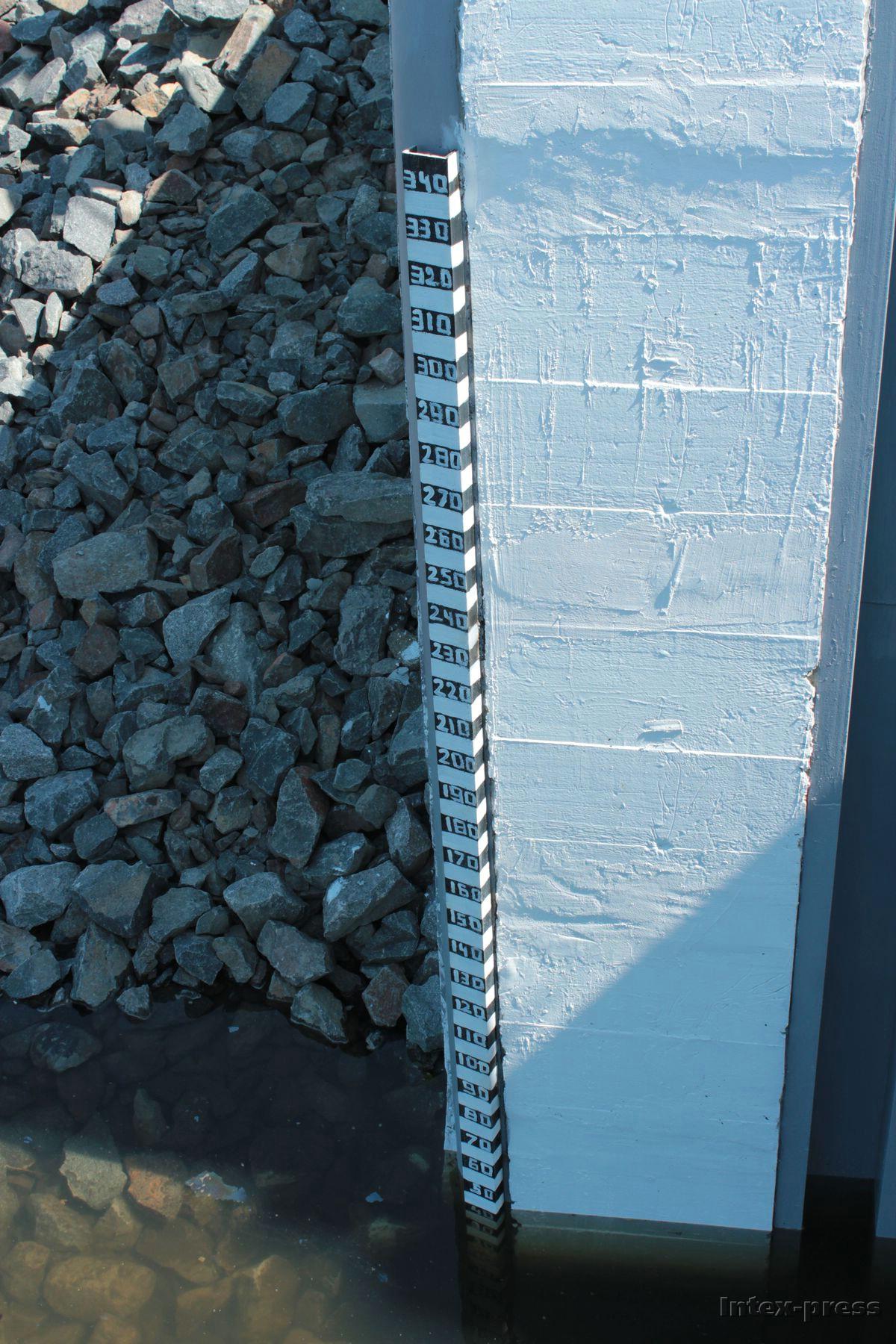 Водомерная рейка на стене дамбы. Фото: Юрий ПИВОВАРЧИК