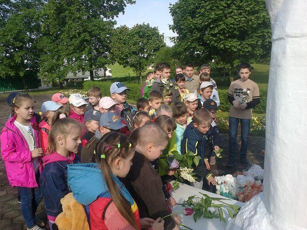 Учащиеся гимназии №2 возле памятника Скорбящей матери.