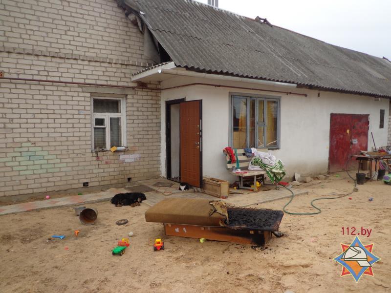 Во дворе дома, где произошел пожар. Фото с сайта МЧС http://mchs.gov.by