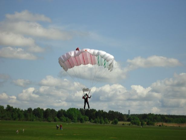 Инструктор по парашютному спорту Николай Садовой уже давно прыгает с парашютом «Крыло».