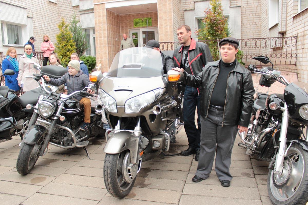 Перед линейкой городские байкеры устроили для детей и их родителей фотосессию.